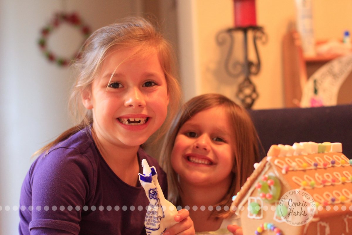 Connie Hanks Photography // ClickyChickCreates.com // gingerbread house decorating with young kids